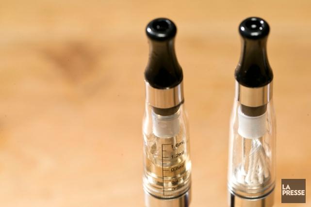 Les cigarettes électroniques sont dorénavant interdites dans les bagages placés... (PHOTO HUGO-SÉBASTIEN AUBERT, LA PRESSE)