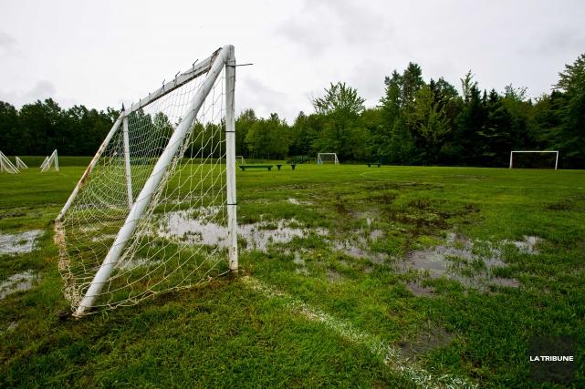 Ayant dû fermer ses terrains sportifs à plusieurs reprises au cours des... (Archives La Tribune, Jessica Garneau)