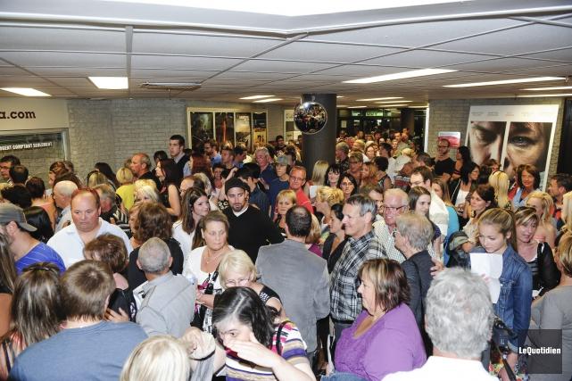 La foule attendaient patiemment les vedettes du film... ((Photo Le Quotidien, Gimmy Desbiens))
