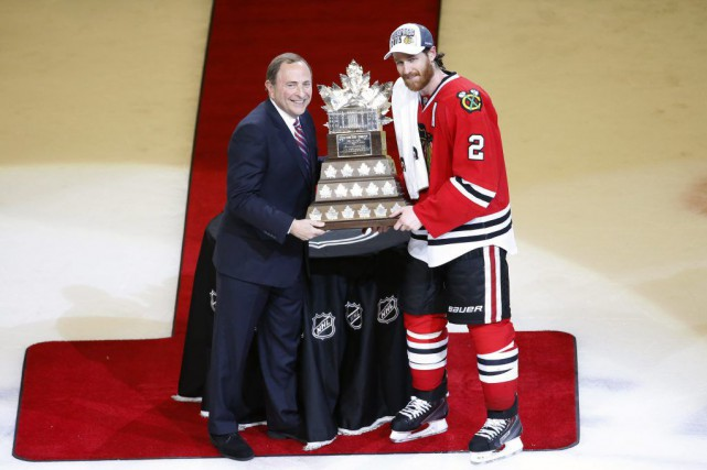 Le commissaire de la LNH Gary Bettman a remis le trophée Conn... (Photo: AP)