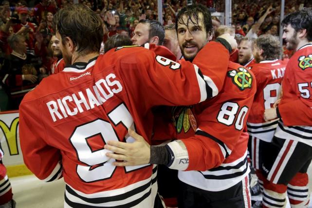 Brad Richards et Antoine Vermette, des Blackhawks, célèbrent... (AP, Nam Y. Huh)