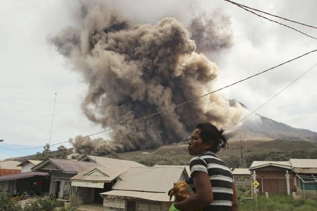 L'activité volcanique restait élevée mardi. Des quantités de... (PHOTO YT HARYONO, AP)