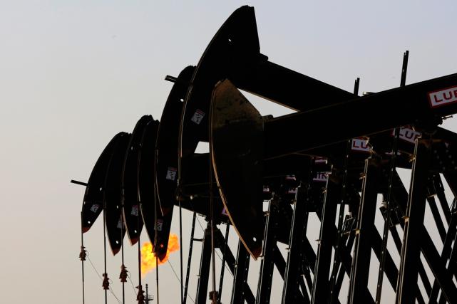 Les prix du pétrole ont fini la séance presque à l'équilibre vendredi, les... (PHOTO HASAN JAMALI, AP)