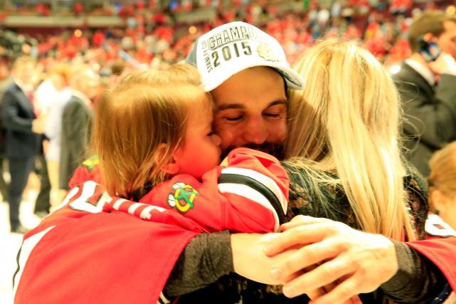 Antoine Vermette enlace sa famille après avoir remporté... (AFP, Tasos Katopodis)