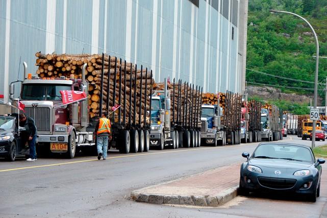 Les entrepreneurs forestiers ont circulé lentement sur les... (Collaboration spéciale Steeve Paradis)