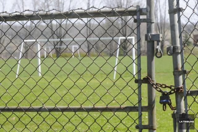 La situation des terrains de soccer fermés à de multiples occasions en raison... (Archives La Tribune)