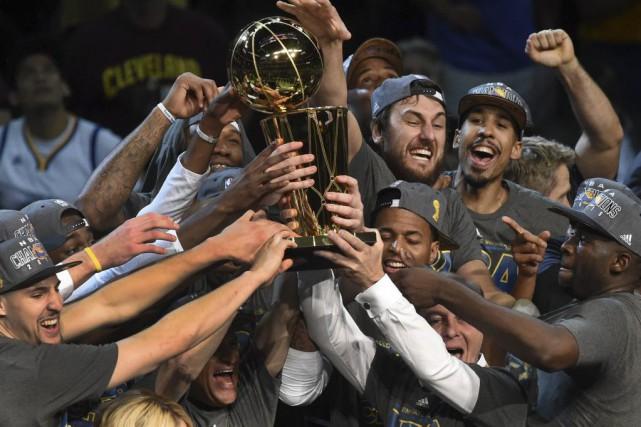Les joueurs des Warriors célèbrent leur victoire.... (PHOTO TIMOTHY A. CLARY, AGENCE FRANCE-PRESSE)