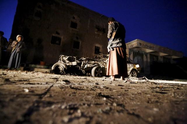 Un homme regarde la carcasse d'une voiture sur... (PHOTO KHALED ABDULLAH, REUTERS)