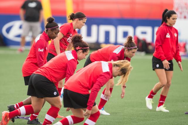 Les joueuses de l'équipe canadienne à l'entraînement.... (Photo Geoff Robins, archives AFP)