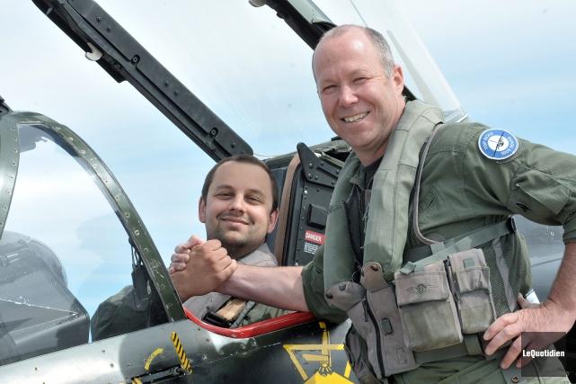 Gimmy Desbiens serre la main de son pilote,... ((Photo Le Quotidien-Rocket Lavoie))