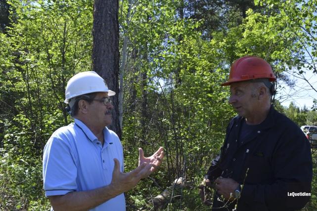Le maire Jacques Asselin discute avec l'opérateur Carl... ((Photo Le Quotidien Louis Potvin))