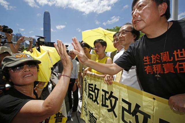 Des militants prodémocratie célèbrent la décision du Parlement... (PHOTO KIN CHEUNG, AP)