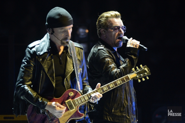 Le guitariste The Edge et le chan teur... (Photo La Presse)