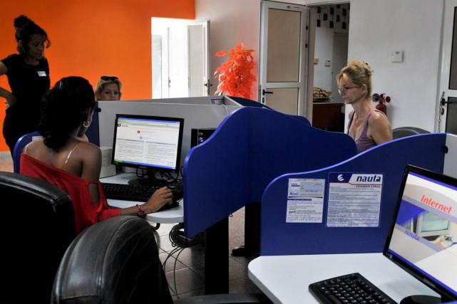 L'accès à Internet à domicile demeure illégal pour... (PHOTO ADALBERTO ROQUE, ARCHIVES AFP)