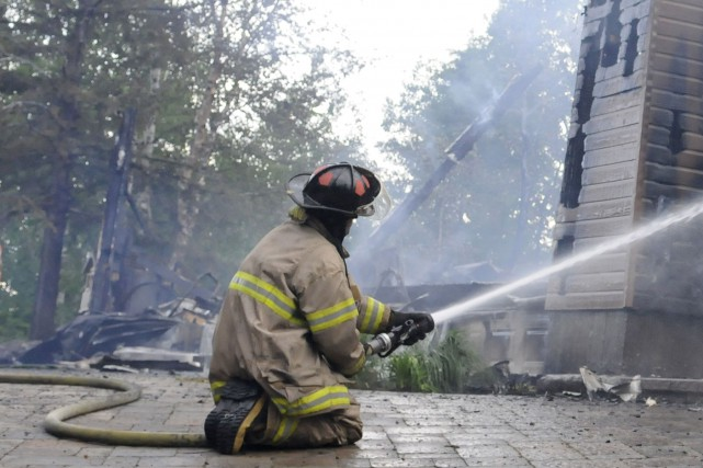 Les pompiers d'East Angus et des confrères de municipalités environnantes ont... (Archives Le Quotidien)