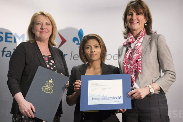 Les ministres Christine St-Pierre et Kathleen Weil, et... (Photo Graham Hughes, La Presse canadienne)