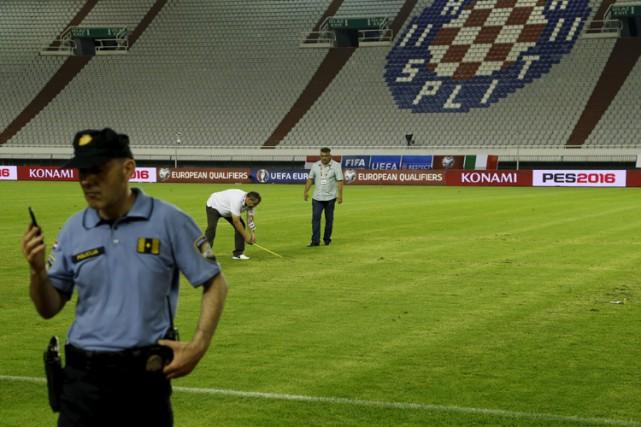 Une croix gammée était visible durant le match... (PHOTO REUTERS)