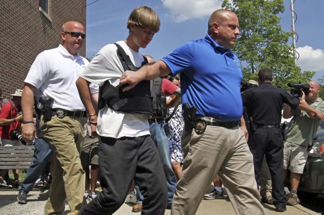 Dylann Roof a été escorté par des agents...