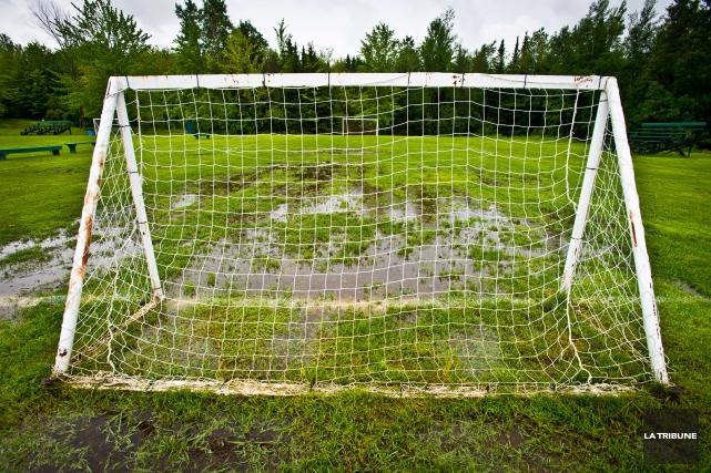 Bernard Sévigny concède qu'il y a un problème avec les terrains de soccer et... (Archives La Tribune, Jessica Garneau)