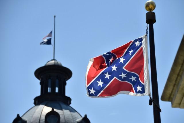Le retrait de ce drapeau, régulièrement critiqué par... (PHOTO PHOTO MLADEN ANTONOV, AFP)