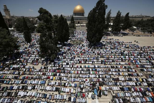 Des dizaines de milliers de fidèles se sont... (PHOTO AHMAD GHARABLI, AFP)