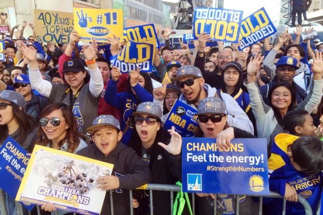 Des milliers de partisans vêtus en bleu et... (Photo Jeff Chiu, AP)