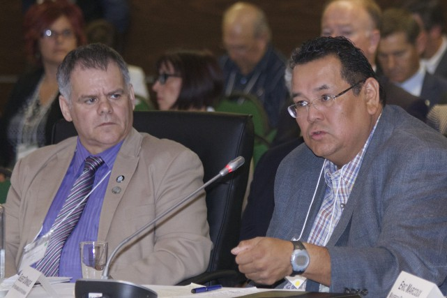 Le chef Gilbert Dominique et le président régional... (René Bouchard)