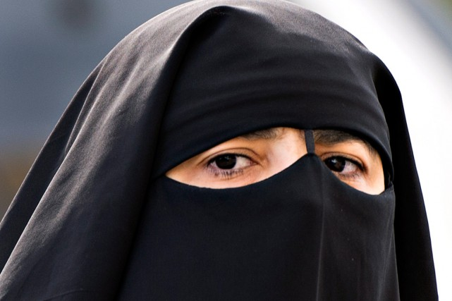 Une musulmane portant le niqab... (PHOTO RYAN REMIORZ, ARCHIVES PC)