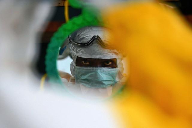 Le médicament, appelé TKM-Ebola, était testé sur des... (PHOTO Carl de Souza, AGENCE FRANCE PRESSE)