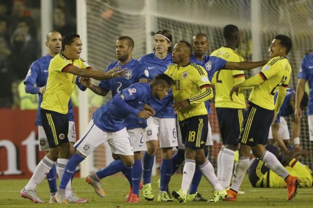 Neymar aeu une altercation avec plusieurs joueurs colombiens... (PHOTO RICARDO MAZALAN, AP)
