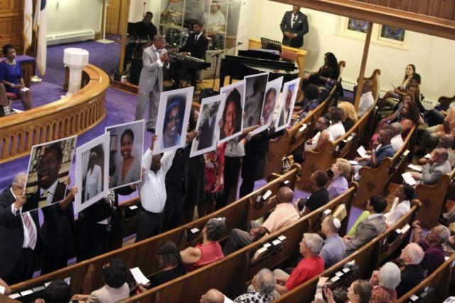 Plusieurs personnes ont tenu à rendre hommage aux... (Photo Glynn A. Hill, AP)