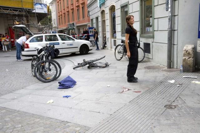 Selon des témoins, le véhicule s'est engouffré à... (Photo Elmar Gubisch, AP)
