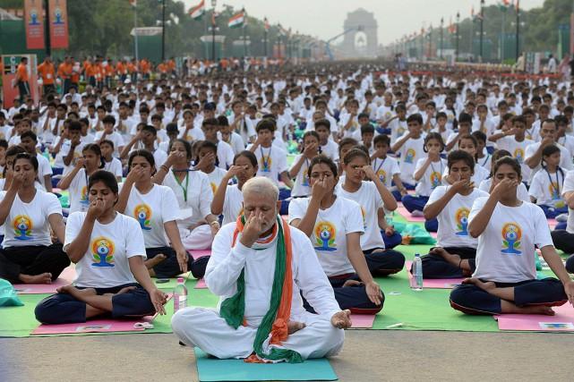 Le premier ministre indien, Narenda Modi, pratique ici... (PHOTO AFP)