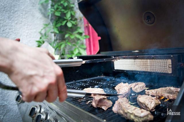 Il y a un mythe du «gros» autour du barbecue: grosses pièces de viande, gros... (PHOTO ANNE GAUTHIER, ARCHIVES LA PRESSE)