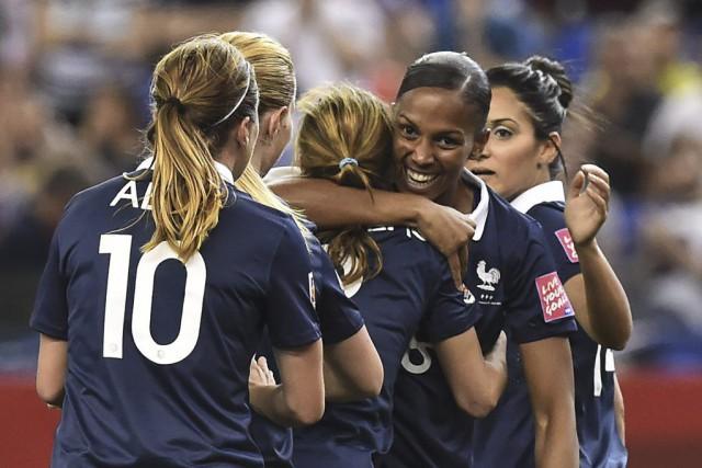 Marie-Laure Deliea inscrit deux buts pour les Bleues.... (PHOTO NICHOLAS KAMM, AFP)
