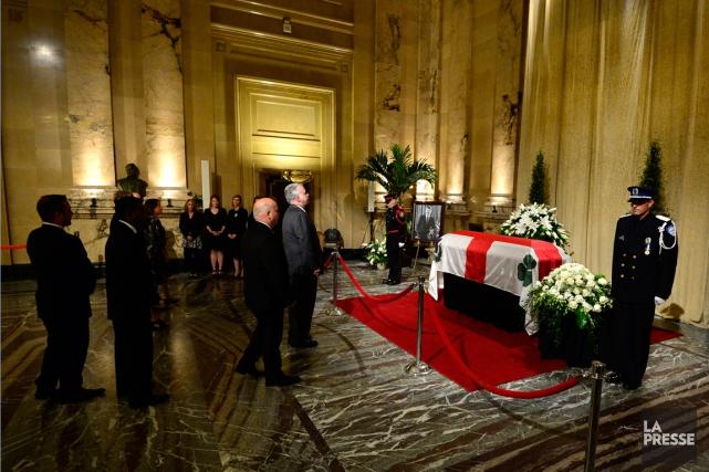 Le premier ministre Philippe Couillard est venu saluer... (PHOTO CHARLES LABERGE, COLLABORATION SPÉCIALE)