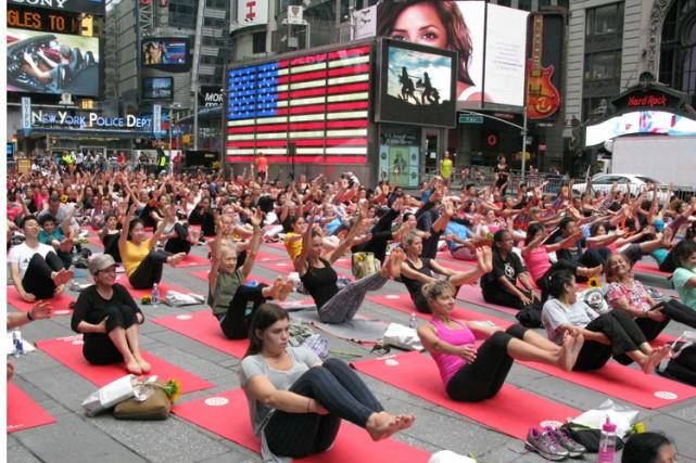 Toute la journée, des milliers de «yogis» ont... (PHOTO AFP)