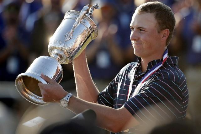 En mettant la main sur le trophée remis... (Associated Press)
