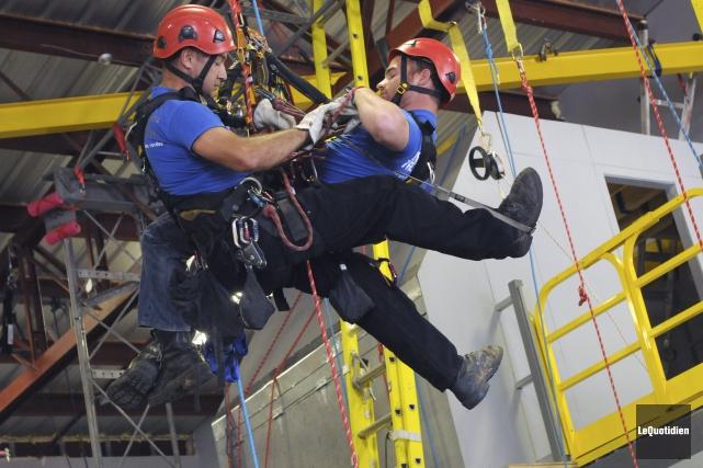 Une démonstration de sauvetage en milieu de travail... ((Photo Le Quotidien, Michel Tremblay))