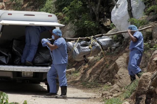 Dix corps ont été découverts dans des fosses clandestines à la périphérie de la... (PHOTO AP)
