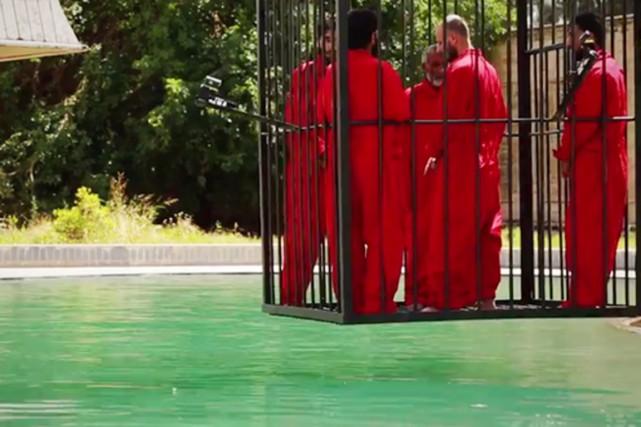 Cinq hommes sont ainsi enfermés dans une cage... (IMAGE TIRÉE DE LA VIDÉO DE L'EI)