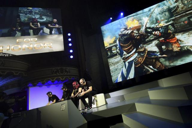 Des amateurs de jeux vidéo jouent à For... (Photo MARK RALSTON, AFP)