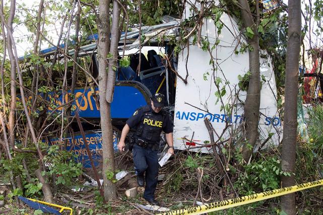 L'autocar est entré dans le fossé avant de... (Photo Ryan Remiorz, PC)