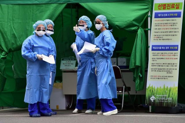 Des employés d'un hôpital de Séoul portent des... (PHOTO JUNG YEON-JE, AFP)