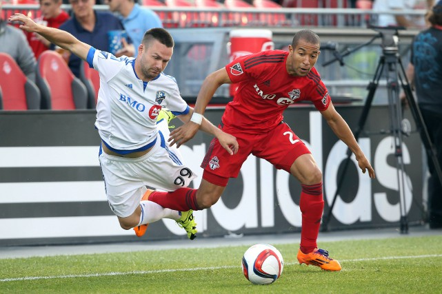 L'attaquant de l'Impact Jack McInerney se fait accrocher... (Photo Tom Szczerbowski, USA Today)