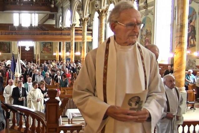 L'abbé Édouard Beaubien, prêtre célébrant à l'église d'Hervey-Jonction,...