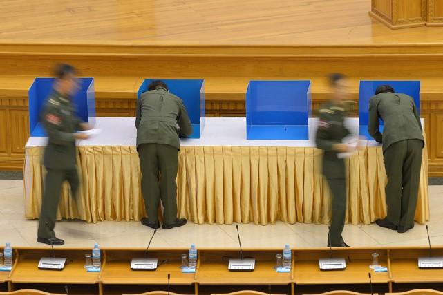Encore une fois, les militaires ont ce jeudi... (PHOTO PHYO HEIN KYAW, AFP)