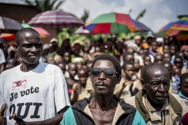 Des partisans du CNDD-FDD, parti du président Nkurunziza,... (PHOTO MARCO LONGARI, AFP)
