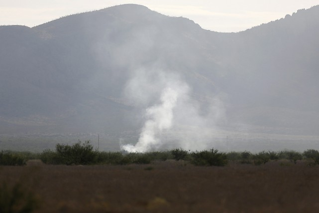 L'avion en s'écrasant semble avoir rompu une canalisation... (PHOTO MAMTA POPAT, THE TUCSON CITIZEN/AP)