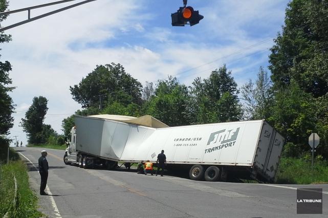 Le camion s'est enlisé dans un fossé sur... (Imacom, Maxime Picard)